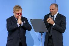 Британский певец Элтон Джон (слева) и украинский олигарх Виктор Пинчук в Киеве 12 сентября 2015 года. REUTERS/Valentyn Ogirenko