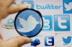 Логотипы Twitter в Скопье 10 сентября 2013 года. Четыре топ-менеджера Twitter покидают компанию, сообщил глава компании Джек Дорси в воскресенье, в рамках самых масштабных кадровых перестановок с момента возвращения Джека на пост руководителя.  REUTERS/Ognen Teofilovski