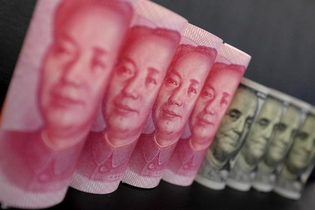 1月25日、中国が政策対応の面で今最も頭を悩ませているのは、企業や個人が一斉に資金を海外に移動させている状況だ。北京で21日撮影(2016年 ロイター/Jason Lee)