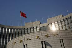La bandera china en la sede del Banco Central del país, en Pekín. 19 de enero de 2016. El banco central de China permitirá que los fondos de cuentas de no residentes (NRA, por su sigla en inglés) sean convertidos en depósitos fijos, dijeron fuentes a Reuters, lo que podría alentar a que los extranjeros mantengan sus ganancias ligadas al comercio en el país y ayudar a las autoridades a limitar las salidas de capital. REUTERS/Kim Kyung-Hoon