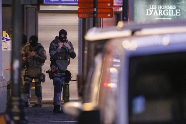 Belgian special forces police officers patrol a street during a police raid in central Brussels, Belgium, December 20, 2015.   REUTERS/Yves Herman