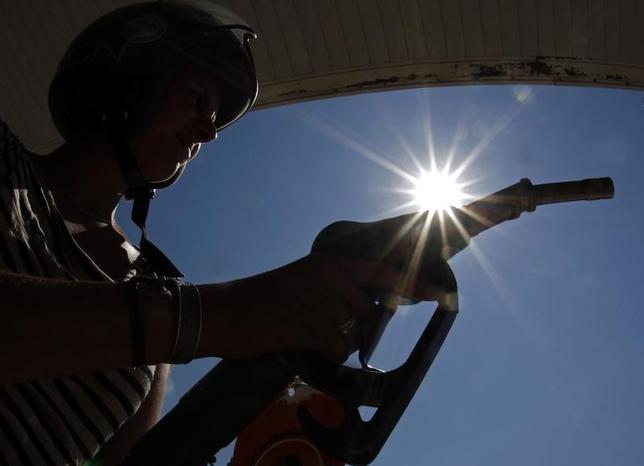 1月25日、原油先物が反落、米原油先物は一時約5%下落した。写真はニースのガソリンスタンドで2012年8月撮影(2016年 ロイター/Eric Gaillard)