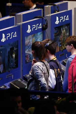 1月26日、ソニーは、「プレイステーション」事業を手掛けるソニー・コンピュータエンタテインメント(SCE)とソニー・ネットワークエンタテインメントインターナショナル(SNEI)を統合、4月1日付で新会社を設立すると発表した。パリで開催された「パリ・ゲーム・ウィーク」で2015年10月撮影(2016年 ロイター/Benoit Tessier)