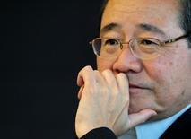 Koichi Miyata, président de Sumitomo Mitsui Financial Group. SMFG affiche une baisse de 8,2% de son bénéfice net sur les neuf premiers mois de l'exercice 2015-2016, les comptes du numéro trois japonais de la banque en termes d'actifs ayant été plombés par une charge de dépréciation passée sur un actif indonésien. Sur la période avril-décembre, le résultat net de SMFG est ressorti à 626,2 milliards de yens (4,89 milliards d'euros) contre 682,2 milliards il y a un an. /Photo d'archives/REUTERS/Toru Hanai