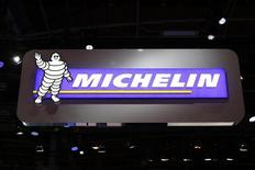 Michelin enregistre la plus forte hausse de l'indice CAC 40 à mi-séance (+3,43%), le manufacturier profitant des chiffres du marché du pneu publiés la veille. A la même heure, l'indice CAC 40 grappille 0,05% à 4.313,63 points après avoir perdu plus de 1,5% dans les premiers échanges. /Photo d'archives//REUTERS/Benoît Tessier