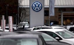 Los reguladores de la UE propondrán el miércoles una reorganización de las normas de autorización de nuevos modelos de coches para evitar que se repita el escándalo de emisiones de Volkswagen, iniciando un polémico debate mientras los gobiernos y la industria se resisten a los cambios. En la imagen de archivo, el logo de Volkswagen se ve al fondo de la sede automotriz situada en Londres, el 5 de noviembre de  2015. REUTERS/Suzanne Plunkett/Files