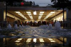 Foto del martes de grupo de personas dentro de una tienda de Apple en la ciudad china de Shenzhen. Ene 26, 2016.  Apple Inc reportó el martes menos ventas que las esperadas de su teléfono iPhone en el trimestre pasado, registrando el crecimiento más bajo de despachos del producto porque comenzó a sentir los efectos de la debilidad del mercado chino.  REUTERS/Bobby Yip