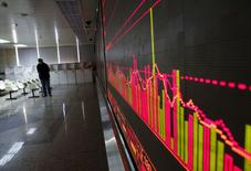Экран с фондовыми графиками в брокерской конторе в Пекине. 27 января 2016 года. Китайский фондовый рынок отыграл большую часть первоначальных потерь к концу беспокойных торгов среды и завершил сессию небольшим снижением. REUTERS/Kim Kyung-Hoon