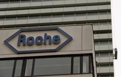 El logo de la farmacéutica suiza Roche, en su sede en Basilea, Suiza. 22 de octubre de 2015. La farmacéutica suiza Roche incumplió el jueves las expectativas de los analistas al reportar una ganancia neta de su negocio principal de 11.840 millones de francos suizos (11.640 millones de dólares) en el 2015. REUTERS/Arnd Wiegmann