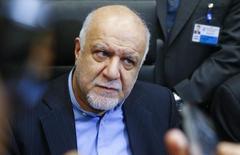 El ministro de Petróleo de Irán, Bijan Zanganeh, habla con periodistas durante una reunión de ministros de petróleo de la OPEP, en Viena, Austria, 4 de diciembre de 2015. Irán, que está aumentando sus exportaciones de crudo tras el levantamiento de sanciones, considera necesario recuperar su participación de mercado, lo que lo convierte en un desafío para cualquier acuerdo entre productores para lidiar con la actual sobreoferta de petróleo, dijeron el jueves fuentes de la OPEP. REUTERS/Heinz-Peter Bader