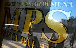 La banque italienne en difficulté Banca Monte dei Paschi di Siena a réalisé un bénéfice annuel pour la première fois en cinq ans, à la faveur d'une modification de la façon de prendre en compte une opération sur produits dérivés. La banque toscane, qui a avancé la publication de ses résultats d'une semaine pour rassurer les investisseurs à la suite d'un courant massif de ventes du titre en Bourse, a fini l'année 2015 sur un bénéfice net de 390 millions d'euros. /Photo d'archives/REUTERS/Max Rossi