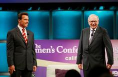 Arnold Schwarzenegger and Warren Buffett at The Women's Conference 2008  in Long Beach, California.  REUTERS/Mario Anzuoni