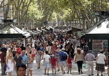 España fijó en 2015 un nuevo récord en la llegada de turistas al recibir 68,1 millones de visitantes extranjeros, un 4,9 por ciento más que en el año anterior, según datos oficiales publicados el viernes. En la imagen de archivo, la popular calle de Las Ramblas en Barcelona, el 16 de agosto de 2015. REUTERS/Albert Gea