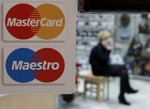 Логотип MasterCard на двери магазина в Ставрополе. 13 января 2015 года. MasterCard Inc отчитался о росте квартальной прибыли на 11,1 процента в связи с увеличением объёма покупок. REUTERS/Eduard Korniyenko