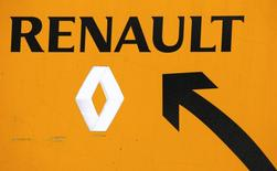 A Renault sign is seen near their Flins automobile plant in Aubergenville, France, January 17, 2016.   REUTERS/Jacky Naegelen
