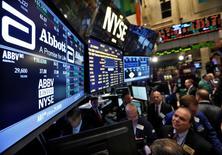 Imagen de archivo del puesto de Abbott Laboratories en la bolsa de Wall Street en Nueva York, dic 10, 2012. La farmacéutica Abbott Laboratories dijo que comprará la firma Alere Inc por 5.800 millones de dólares para impulsar su negocio global de diagnósticos y entrar en nuevos mercados.    REUTERS/Brendan McDermid