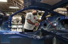 Un hombre trabajando en el ensamblaje de un auto Ford Mustang 2015, en la planta de Ford Motor en Flat Rock, Michigan, 20 de agosto de 2015. La actividad manufacturera en Estados Unidos pareció estabilizarse un poco en enero, pero una recuperación es improbable a corto plazo en la medida en que las fábricas lidian con la fortaleza del dólar y los precios más bajos del petróleo fuerzan a las energéticas a realizar más recortes de gastos. REUTERS/Rebecca Cook