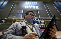 Трейдер на фондовой бирже в Нью-Йорке. 15 января 2016 года. Сокращение капиталовложений, начавшееся в оказавшемся под сильным ударом энергетическом секторе, похоже, распространяется более широко и во всех других секторах экономики США. REUTERS/Brendan McDermid