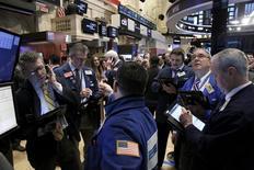 Operadores trabajando en la Bolsa de Nueva York, 27 de enero de 2016. Las acciones caían el martes en la apertura de Wall Street, arrastradas por unos precios del petróleo que continuaban su descenso debido a preocupaciones por la debilidad de la demanda y el aumento de la oferta. REUTERS/Brendan McDermid