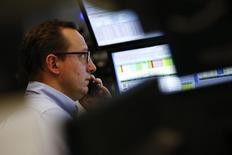 Трейдер на фондовой бирже во Франкфурте-на-Майне. 21 января 2016 года. Европейские фондовые рынки открылись в плюсе в четверг за счёт сырьевых компаний после резкого падения доллара, которое сделало нефть и металлы, стоимость которых выражена в долларах, дешевле для держателей других валют. REUTERS/Kai Pfaffenbach