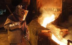 Un trabajador monitorea un proceso dentro de la planta de refinería de cobre de Codelco en Ventanas, al noroeste de Santiago, 7 de enero de 2015. El esperado recorte a la producción que genera pérdidas en las mineras de cobre este año podría evitar un mayor desplome en el precio del metal, aunque perspectivas más débiles para el crecimiento de la demanda en el mayor consumidor China deberían limitar cualquier avance. REUTERS/Rodrigo Garrido