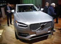 Автомобиль Volvo XC90, выставленный  в Детройте. Шведский автоконцерн Volvo предсказал более сильный, чем ожидалось ранее, спад на рынке тяжелых грузовых автомобилей в Северной Америке в текущем году и сообщил, что планирует сократить производство в регионе, после того как рост квартальной прибыли немного не дотянул до прогноза аналитиков. REUTERS/Gary Cameron