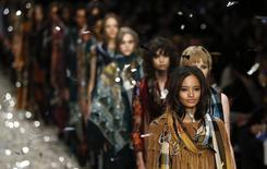 La marque de mode britannique Burberry prévoit de passer de quatre à deux défilés par an et de commercialiser ses modèles immédiatement après leur présentation pour s'adapter à l'évolution de la demande, qui émane désormais de clients vivant sous tous les climats du monde.  /Photo d'archives/REUTERS/Suzanne Plunkett