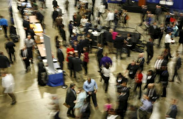 2月5日、1月の米雇用統計は非農業部門雇用者数が15万1000人増と、市場予想以上に伸びが鈍った。写真はワシントンで開催の就職フェアの様子。1月8日撮影。(2016年 ロイター/Gary Cameron)