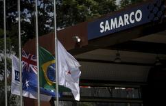 Bandeiras da Austrália e do Brasil fotografadas na entrada da mineradora Samarco, propriedade da Vale e da BHP Billiton, em Mariana, Brasil. 11 de novembro de 2015. REUTERS/Ricardo Moraes