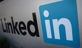 El logo de LinkedIn en su sede en Mountain View, EEUU, feb 6, 2013. Las acciones de LinkedIn Corp se desplomaron un 43 por ciento el viernes, barriendo casi 11.000 millones de dólares del valor de mercado, después de que la red social para profesionales impactó a Wall Street con un pronóstico de ingresos que estuvo por debajo de las expectativas.   REUTERS/Robert Galbraith