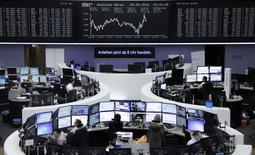 Las acciones europeas abrieron estables el lunes tras las fuertes pérdidas sufridas la semana pasada, en un mercado  respaldado por las previsiones optimistas de algunas compañías y el repunte de las empresas mineras. En la imagen, operadores en la bolsa de Fráncfort, el 5 de febrero de 2016. REUTERS/Staff