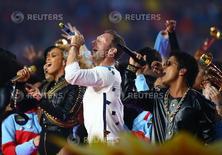 De izquierda a derecha: Los artistas Beyoncé, Chris Martin de Coldplay y Bruno Mars participan en el espectáculo de medio tiempo en la versión número 50 del Super Bowl disputado por entre los Panthers de Carolina y los Broncos de Denver en el estadio de Levi's Stadium; Santa Clara, Estados Unidos, 7 de febrero del 2016. Coldplay encabezó el espectáculo de medio tiempo del Super Bowl el domingo, pero Beyoncé y Bruno Mars concentraron la atención con una producción animada que rindió homenaje a los artistas que participaron en versiones anteriores del evento. Mark J. Rebilas-USA TODAY Sports