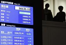La Bourse de Tokyo a chuté de 5,40% mardi, sa plus forte baisse en pourcentage depuis la mi-2013, dans le sillage des marchés boursiers internationaux la veille et en raison de la hausse du yen, acheté comme valeur refuge en période de turbulences. /Photo prise le 9 février 2016/REUTERS/Issei Kato