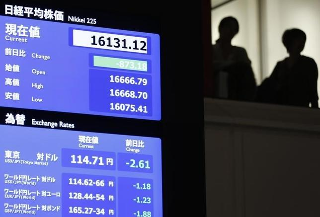 2月9日、政府・日銀は、足元で鮮明になってきた株安・円高でデフレ基調に戻るリスクが拡大することになるのか、警戒感を持って市場動向を注視している。東京証券取引所で撮影(2016年 ロイター/ISSEI KATO)