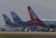 Unos aviones de LAN y TAM en el aeropuerto internacional de Santiago, ago 14, 2010. El tráfico de pasajeros de LATAM Airlines, el mayor grupo de transporte aéreo de América Latina, registró un alza interanual del 1,9 por ciento en enero, apoyado en sus operaciones internacionales.  REUTERS/Ivan Alvarado