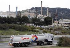 Un camión de la petrolera Total pasa cerca de la refinería de la compañía en La Mede, cerca de Marsella, Francia. 16 de abril de 2015. Vitol, el mayor operador mundial de petróleo, prevé que la demanda global de crudo aumente en hasta 1 millón de barriles por día (bpd) en 2016, una fuerte desaceleración respecto al año pasado debido a que se disipa el efecto de los bajos precios del crudo. REUTERS/Jean-Paul Pelissier