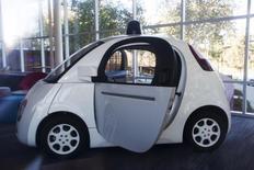 Les autorités de sécurité routière américaine estiment que le système d'intelligence artificielle pilotant les voitures autonomes de Google peut, selon la législation fédérale, être considéré comme un conducteur, ce qui pourrait accélérer l'approbation de ce type de véhicules. /Photo prise le 13 novembre 2015/REUTERS/Stephen Lam