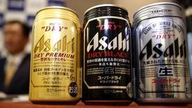 La firma japonesa Asahi Group Holdings Ltd ofreció comprar las marcas de cerveza Peroni, Grolsch y Meantime de SABMiller PLC por 2.550 millones de euros, informó el miércoles, como parte de sus esfuerzos para contrarrestar su lento crecimiento en su paíso. En la imagen, Asahi durante la presentación de nuevos productoss Asahi Super Dry Premium (izquierda), y las relanzadas Asahi Super Dry (derecha) and Asahi Super Dry Dry Black (centro) presentada por el presidente Akiyoshi Koji en Tokio, 12 de Diciembre de 2013.  REUTERS/Yuya Shino