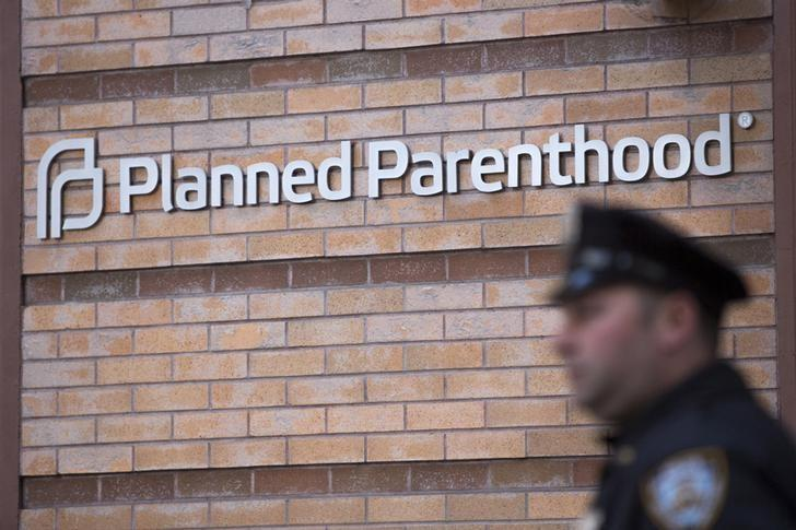 A member of the New York Police Department stands outside a Planned Parenthood clinic in the Manhattan borough of New York, November 28, 2015. REUTERS/Andrew Kelly
