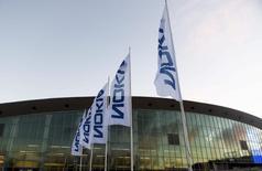La compañía finlandesa Nokia anunció ganancias mejores que las previstas en su negocio principal de equipos de redes para telecomunicaciones, pero advirtió que los despliegues de nuevas redes móviles comenzarían a disminuir este año en China, su mercado más vital. En la imagen, una junta de Nokia en Helsinki el 2 de diciembre de 2015.  REUTERS/Vesa Moilanen/Lehtikuva