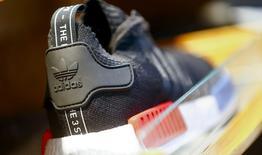 Новая модель кроссовок Adidas NMD во флагманском магазине компании в Берлине. Немецкий производитель спортивной одежды Adidas, отчитавшийся о достижении целевых показателей 2015 года, ожидает, что продажи и операционная прибыль в текущем году будут расти быстрее, чем прогнозировалось ранее. REUTERS/Hannibal Hanschke