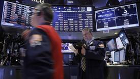 Operadores trabajando en la Bolsa de Nueva York. 9 de febrero de 2016. Wall Street caía el jueves en la apertura, debido a que las dudas sobre la salud de la economía mundial provocaban que los inversores huyeran hacia activos seguros. REUTERS/Brendan McDermid