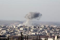 Дым над городом Анадан в сирийской провинции Алеппо после авиаударов правительственных сил. 3 февраля 2016 года. Американские военные не наносили в среду ударов в Алеппо и прилегающих районах, сказал Рейтер в четверг представитель возглавляемой США коалиции по борьбе с ИГИЛ, базирующейся в Багдаде, полковник Стив Уоррен. REUTERS/Abdalrhman Ismail