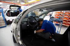 Un empleado trabaja en una línea de montaje de coches Bluecar en una fábrica de Renault, en Dieppe, 1 de septiembre de 2015. La economía de la zona euro creció al mismo ritmo en el último trimestre de 2015 que en el tercero debido a un descenso de la producción industrial en diciembre, lo que supone una desaceleración frente a la primera mitad del año y aporta más argumentos a favor de una mayor flexibilización monetaria. REUTERS/Philippe Wojazer