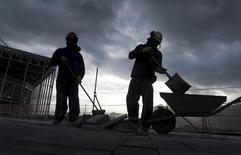 Trabalhadores das obras do Parque Olímpico do Rio de Janeiro. 06/10/2015  REUTERS/Pawel Kopczynski