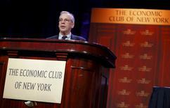 """Foto de archivo del presidente de la Reserva Federal de Nueva York, William Dudley, durante una reunión en el Club Económico de Nueva York, en Nueva York. 12 de noviembre de 2015. La política de la Reserva Federal es """"bastante expansiva"""" dado el bajo nivel de inflación, que presenta poca amenaza a una expansión económica en Estados Unidos que sólo madurará a menos que haya un impacto desde el exterior, dijo el viernes un influyente funcionario de la Fed. REUTERS/Mike Segar"""