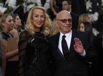 Modelo Jerry Hall e magnata da mídia Rupert Murdoch durante cerimônia de entrega do Globo de Ouro em Beverly Hills. 10/01/2016 REUTERS/Mario Anzuoni