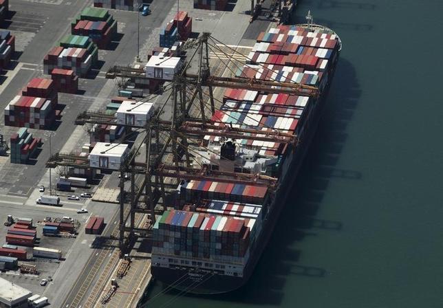 2月12日、1月の米輸入物価指数は7カ月連続でマイナスとなった。写真はロングビーチ港。昨年8月撮影(2016年 ロイター/Mike Blake)