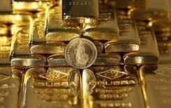 La perspective d'une reprise soutenue du prix de l'or est plus forte que jamais, à l'heure où un dollar plus faible, des prix du pétrole en chute et une économie mondiale source d'inquiétude ont restauré son statut de valeur refuge, après avoir été dédaigné pendant des années par les investisseurs. /Photo d'archives/REUTERS/Leonhard Foeger