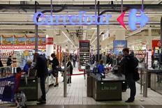 En la imgen, el logotipo de Carrefour en la entrada de un supermercado de la firma en Lille, Francia. REUTERS/Benoit Tessier.  La minorista francesa Carrefour reveló el domingo que sus  oficinas fueron allanadas como parte de una investigación sobre sus prácticas comerciales, dos días después de que el gobierno advirtiera a las empresas contra los intentos por provocar nuevos recortes de precios de los agricultores.